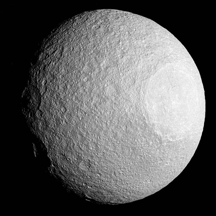 Два кратера на спутнике Сатурна