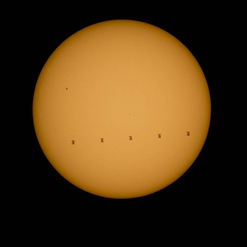 Фото МКС на фоне Солнца