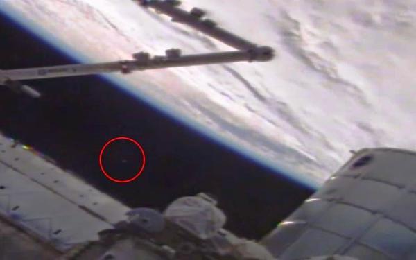 Камера МКС зафиксировала НЛО