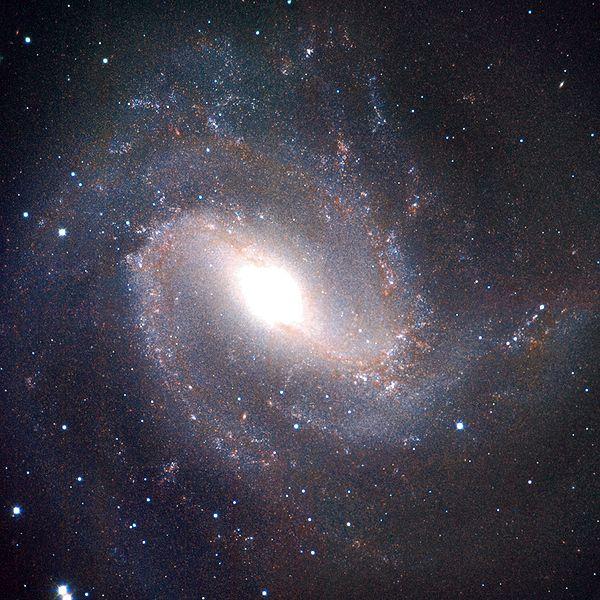 M83 - спиральная галактика с перемычкой
