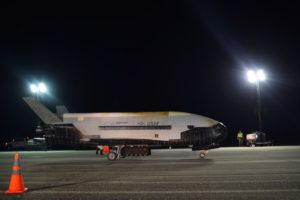 Беспилотный челнок X-37B совершил посадку пробыв на орбите 780 дней