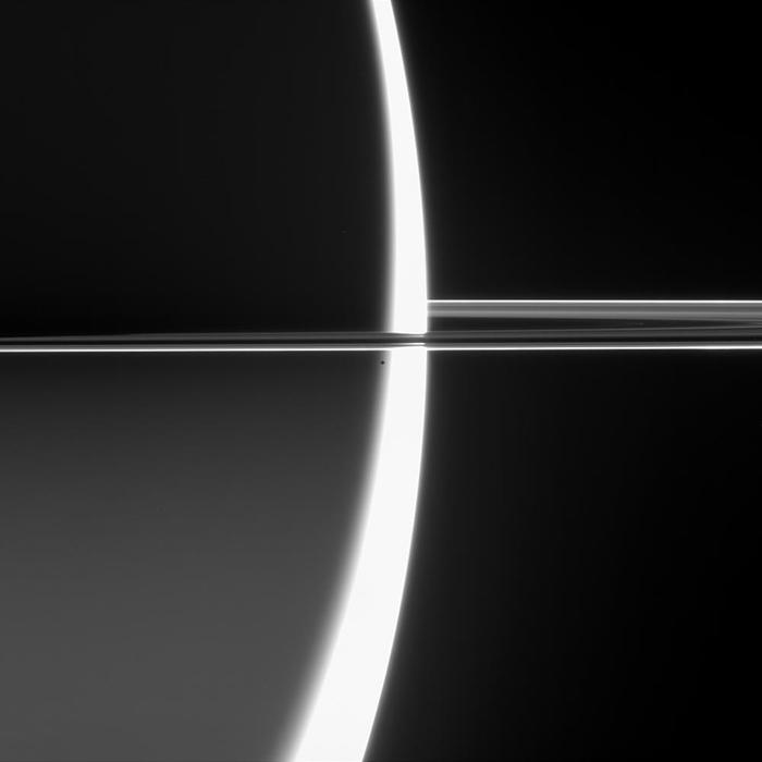 Спутник Сатурна Эпиметей на границе дня и ночи