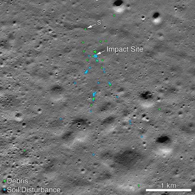 Зелеными точками на снимке обозначены обломки аппарата, синими — зафиксированные разрушения грунта Луны, которые, скорее всего, стали результатом падения «Викрама»