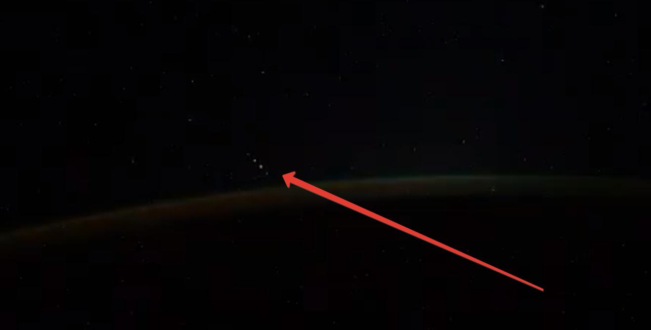 Космонавт заснял с борта МКС группу НЛО
